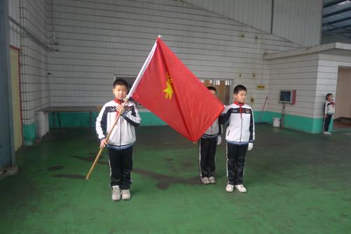 第五项:少先队大队长张珺带领新队员在队旗下宣誓-2011 2012学年第
