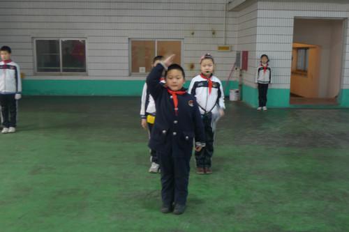 班的张珺代表老队员发言-2011 2012学年第一学期少先队入队仪式